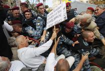 Suporterii fostului premier s-au confruntat cu politistii