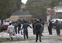 Politistii afgani transporta cadavrul unui atentator sinucigas