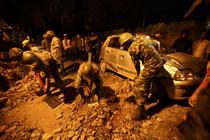 Armata din Nepal da la o parte pietrele dupa ce un zid al ambasadei Marii Britanii s-a prabusit