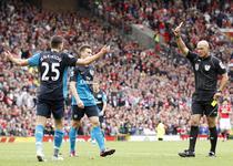 Howard Webb, la un meci din Premier League