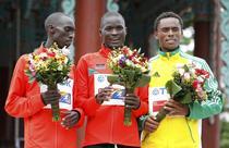 Abel Kirui (centru), castigatorul probei de maraton