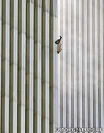 "Fotografia ""The Falling Man"" realizata de Richard Drew"
