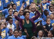 Michelle Obama sarind cu sute de copii