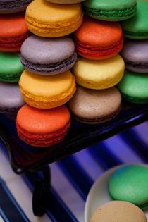 Macaron sunt prajiturele colorate cu o istorie lunga