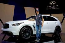 fakepath\Sebastian Vettel alaturi de SUV-ul FX care-i poarta numele