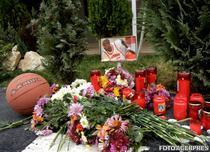 Flori si lumanari aprinse pentru baschetbalistul american Chauncey Hardy