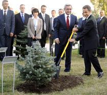 Nicolas Sarkozy si Serge Sarkissian in timpul unei ceremonii la Monumentul genocidului armean