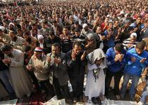 Protestatarii se roaga in Piata Tahrir din Cairo