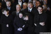 Ioana Paunescu (stanga) alaturi de familie, la inmormantarea lui Adrian Paunescu
