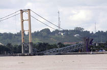 Golden Gate de Indonezia s-a prabusit duminica