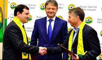 Dan Petrescu in momentul semnarii noului contract