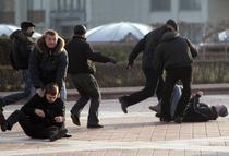 Politisti in civil arestandu-i pe protestatari