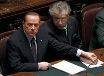 Berlusconi, tinindu-l de mina pe fostul sau aliat Bossi in timpul votului