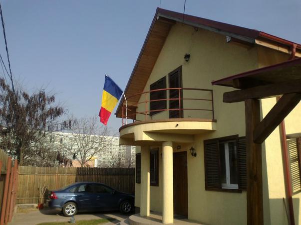 Drapelul României în balcon