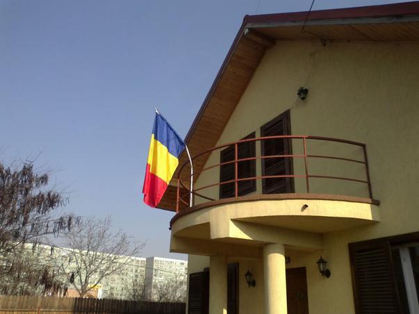Drapelul României în balcon (2)