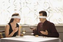 Restaurantele in orb servesc mancarea intr-un intuneric complet