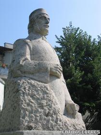 Statuia lui Anton Pann (la Ramnicu Valcea)