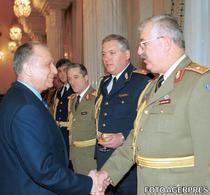 Generalul Maciuca si Ion Iliescu, in 2001