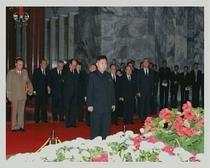 Noul lider Kim Jong-un si alti oficiali, langa sicriul lui Kim Jong-il