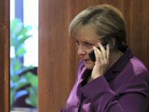 Angela Merkel vorbind la telefon