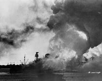 USS Arizona, in flacari