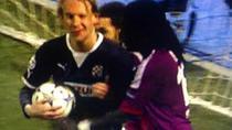 Croatul Vida (stanga) ii face cu ochiul lui Gomis (Lyon), in timpul jocului Zagreb - Lyon 1-7
