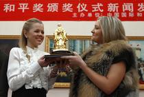 Doua rusoaice, studente in China, prezinta Premiul Confucius pentru Pace, acordat lui Putin