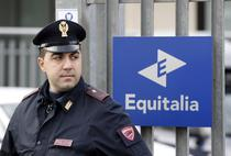 Politia italiana, in fata sediului Equitalia, dupa atac