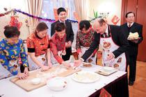 Traian Basescu a participat la prepararea unor produse traditionale chinezesti