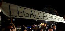 Banner la protest cu 'Legalizati marijuana'