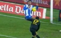 Raul Rodriguez respinge cu mana sutul lui Pedro