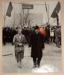 Fotografie a cuplului Ceausescu parasind Sectia de votare nr. 1 din Bucuresti, anii '80