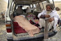 Un batran afghan sta langa cadavrul unei rude ucise in atac