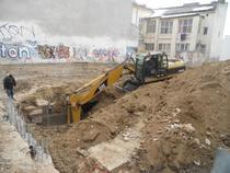 Imagine cu escavatorul care distruge ruinele