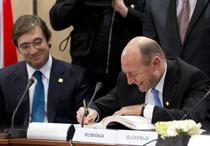 Traian Basescu semnand Tratatul fiscal