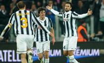 Vucinic (dreapta), gol important cu Cagliari
