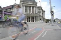 Pista de bicicleta in fata Volkstheater Viena