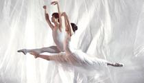 Dansul Marinei Kanno si Giacomo Bevilaqua danseaza in slow motion, pe fondul sonor al unei melodii Radiohead remixate