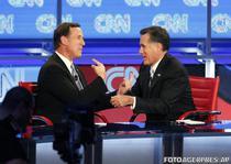 Rick Santorum (stanga) si Mitt Romney