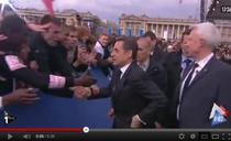 Sarkozy in timp ce-si pune ceasul in buzunar
