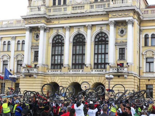 Ridicatu-s-au bicicletele...