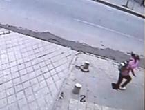 Fata inghitita de trotuar