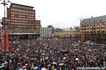 Zeci de mii de norvegieni canta la Oslo, ca protest la adresa lui Breivik