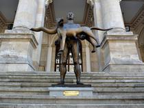Statuia lui Traian in fata MNIR