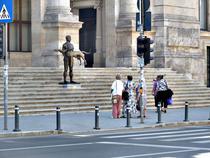Statuia lui Traian, admirata de trecatoare