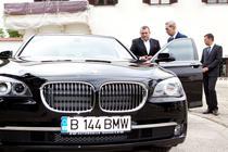 Regele Mihai I al Romaniei alaturi de Michael Schmidt langa BMW 730d