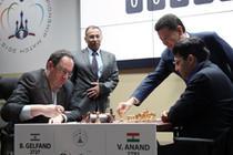 Gelfand (stanga) si Anand - pentru titlul mondial de sah