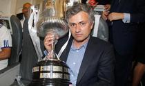 Jose Mourinho, alaturi de trofeul de campion al Spaniei