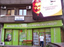 Magazinul lui Prigoana si afisele cu Udrea batand-ul cu pliciul