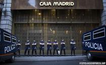 Politia spaniola in fata unei filiale a Grupului Bankia